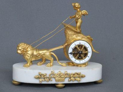 Petite pendule en bronze doré représentant un char romain faisant la course du temps...