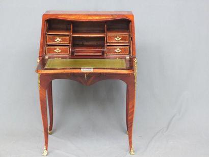 Petit bureau de pente de milieu en placage de bois de rose, palissandre et filets...