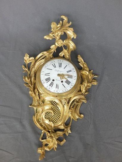 """""""Cartel d'applique en bronze doré et ciselé à décor richement sculpté et nervuré..."""