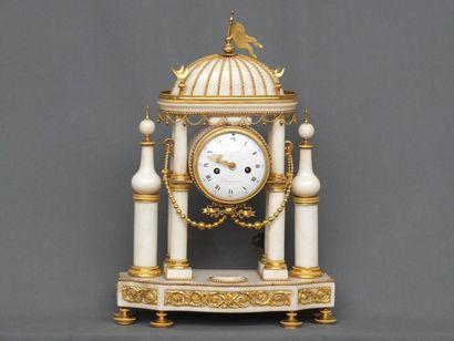 Pendule en marbre blanc et bronze doré dite...
