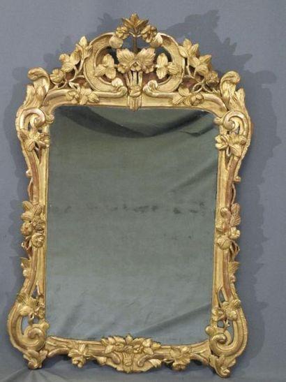 Important miroir l'entourage en bois doré...
