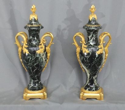 Importante paire d'urnes couvertes en marbre vert de mer montées en bronze doré,...