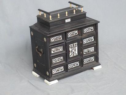 Petit cabinet de voyage en ébène mouluré il ouvre à 10 tiroirs marquetés de motifs...