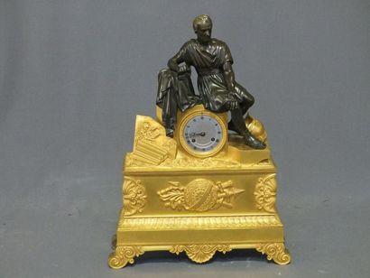 """""""Pendule en bronze doré et bronze patiné surmontée de Caius Gracus assis sur un..."""