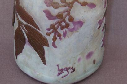 LEGRAS Vase bosselé en verre triple gravé en camée à l'acide de fleurs de glycine...