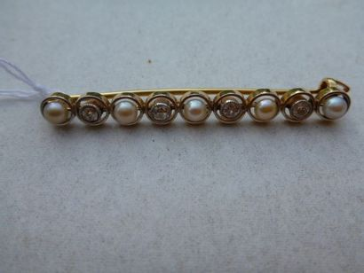 Broche barette en or jaune ornée de 5 perles...