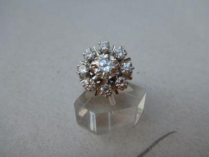 Bague fleur ornée au centre d'un diamant...