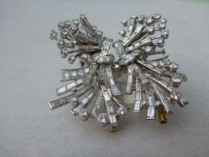 Broche double-clip en or gris surmontée...