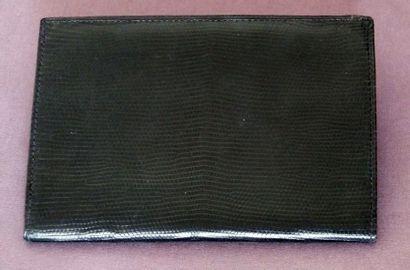 LE TANNEUR, Portefeuille en cuir façon lézard noir. Bon état (usures).