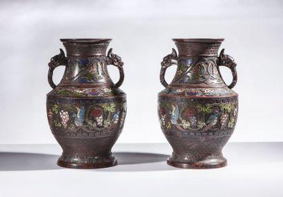 Paire de vases cloisonnés bleus en bronze à décor de guerriers- CHINE XIXème - Hauteur...
