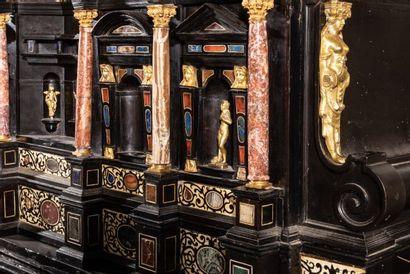 Cabinet à fronton formant bureau en bois noirci, ivoire et pierres dures dans le...