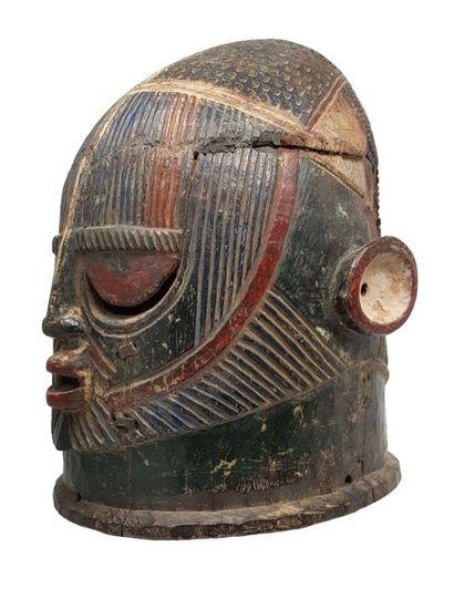 Masque casque agba IGALA Finement gravé de motifs géométriques, les traits du visage...