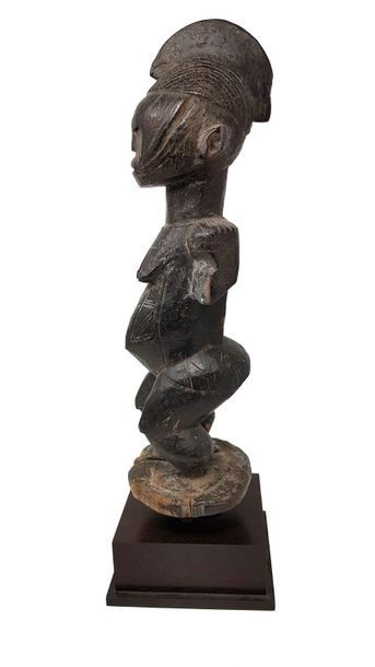AFO du Nigeria statue féminine Standing with feet melted in a circular base, face,...