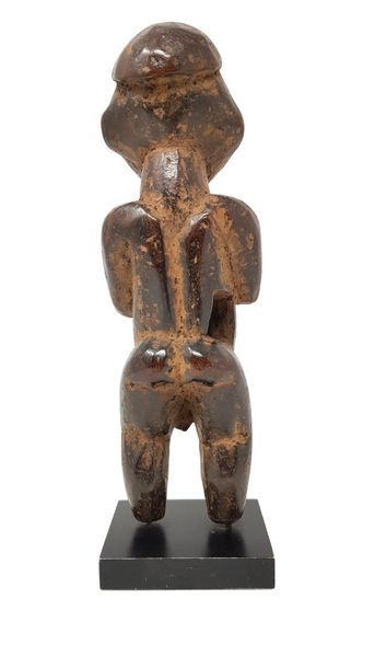Statuette BAMILEKE région de Batie Cameroun Homme debout mains sur la poitrine. H...