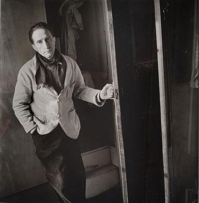 DUCHAMP Marcel (Denise BELLON 1902-1999) L'artiste dans son atelier, rue Larrey à...