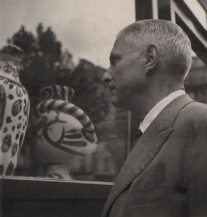Pablo PICASSO (1881-1973) Mains au poisson de 1953 Terre de faïence rouge, gravure...
