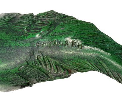 GAILLARD Le chat lampe en régule vert et brun, verre dépoli blanc H. totale: 20...