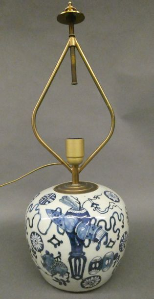 Chine  Vase monté en lampe en porcelaine...