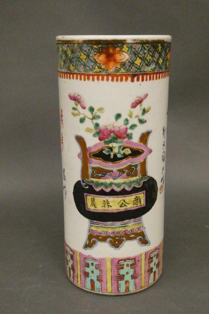 CHINE  Vase rouleau en porcelaine à décor...
