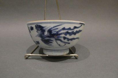 CHINE  Bol en porcelaine bleu blanc représentant...