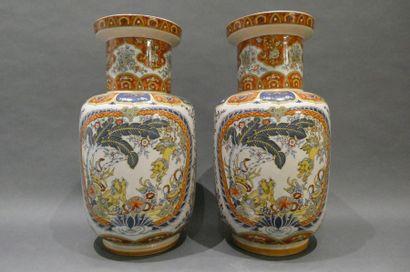 CHINE  Paire de vase en porcelaine à décor...