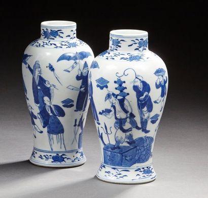 CHINE   Paire De petit vase en pocelaine...