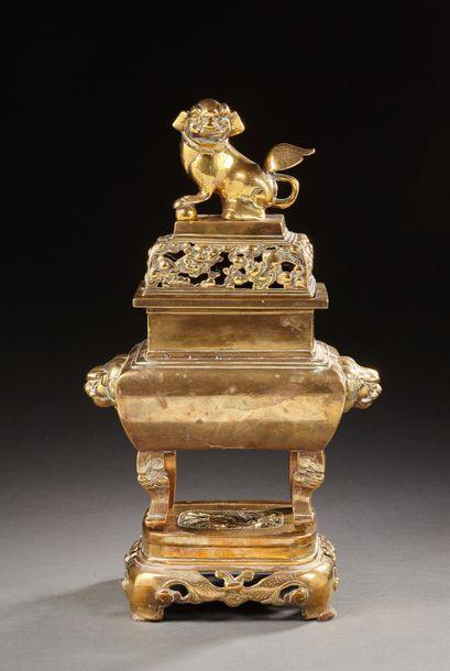CHINE   Brûle-parfum en bronze doré de forme...