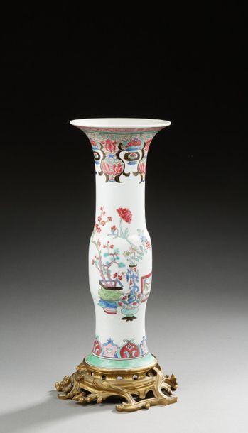 SAMSON  Vase en porcelaine de la famille...