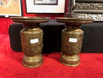 CHINE Deux vases cylindriques à longs cols...