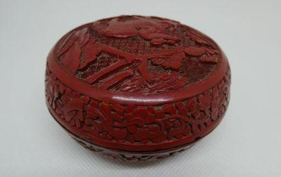 CHINE    Boîte ronde en laque rouge à décor d'un enfant sur un bovidé.    Dim. :...