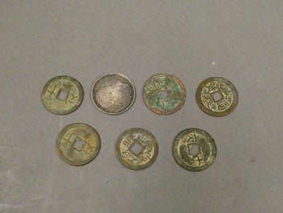 Lot de sept pièces de monnaie asiatique.