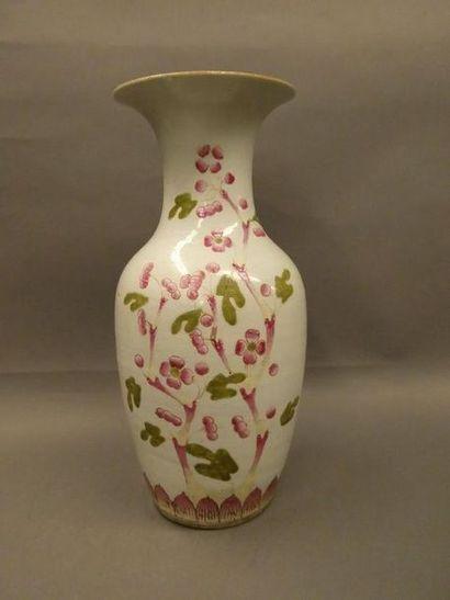 CHINE    Vase balustre en porcelaine à décor...