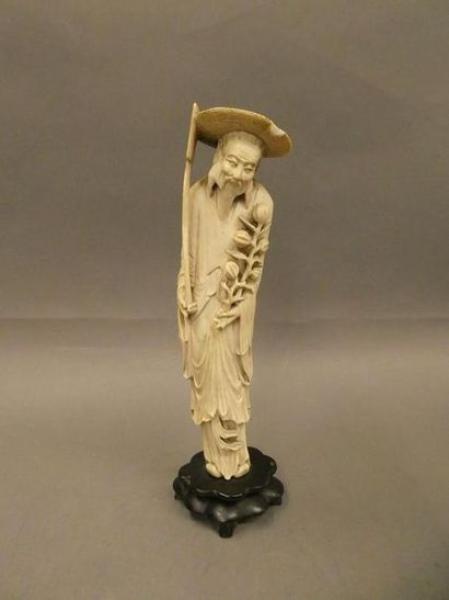 CHINE    Statuette en ivoire sculpté figurant...