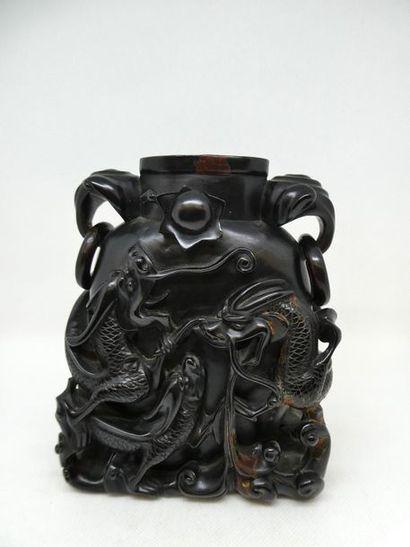 CHINE    Vase sculpté d'animaux fantastiques.Ht...