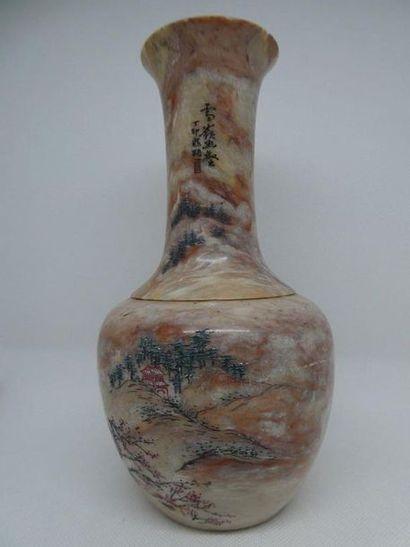 CHINE    Vase en pierre dure à décor de paysage....