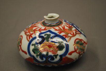 JAPON    Petit vase en porcelaine à panse...