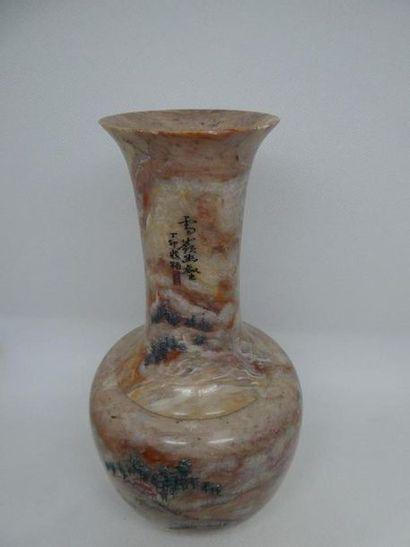 CHINE    Vase en pierre dure à décor de paysage. Travail moderne.    H. : 22, 5...