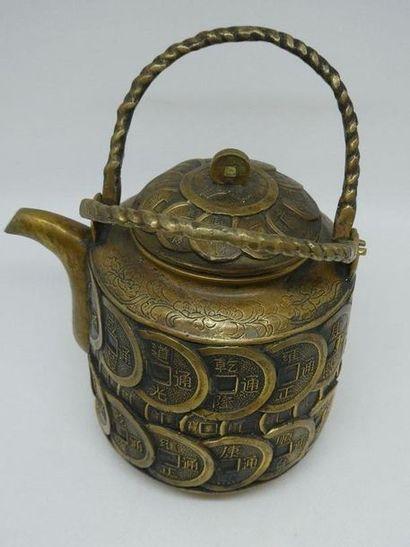 CHINE    Théière en bronze à motif de pièce....