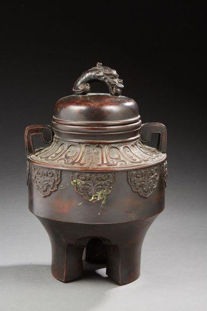 JAPON    Brûle-parfum tripode en bronze à...