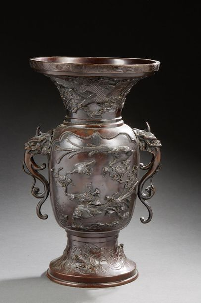 JAPON    Grand vase en bronze à patine brune...