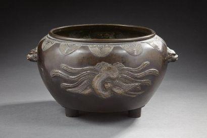 CHINE    Pot en bronze tripode décoré de...