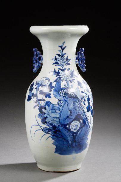 CHINE    Vase balustre en porcelaine décoré...