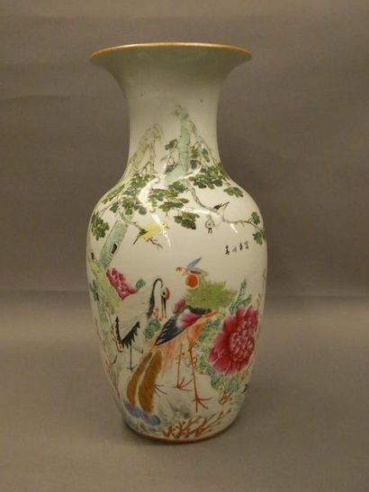 Vase en porcelaine de forme balustre    Décor...