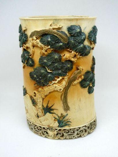 CHINE    Bitong en ivoire sculpté en relief...