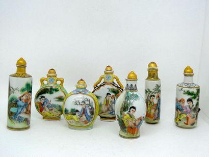 CHINE    Ensemble de sept tabatières en porcelaine...