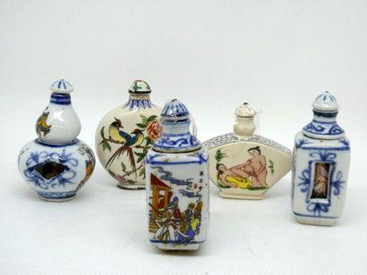 CHINE    Ensemble de cinq tabatières en porcelaine...