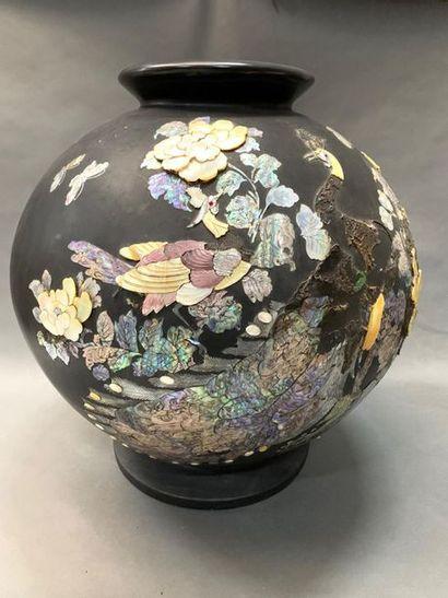 JAPON    Important vase à incrustations de...