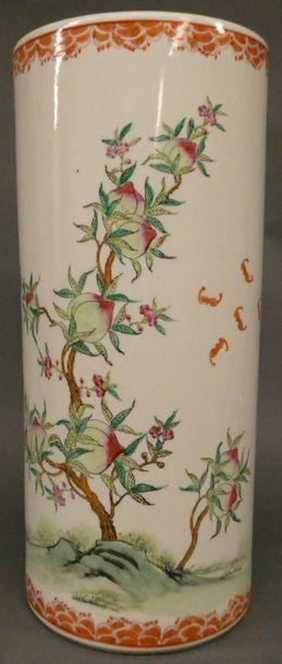 CHINE    Grand vase rouleau en porcelaine...
