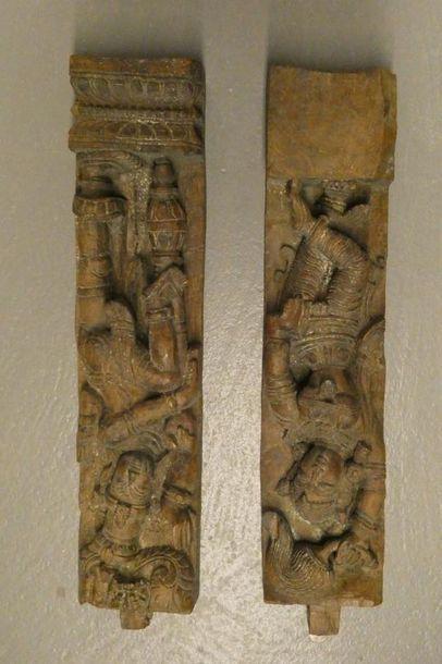 INDE    Deux éléments en bois sculpté représentant...