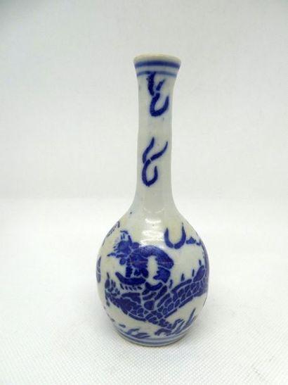 CHINE    Petit vase à long col en porcelaine...